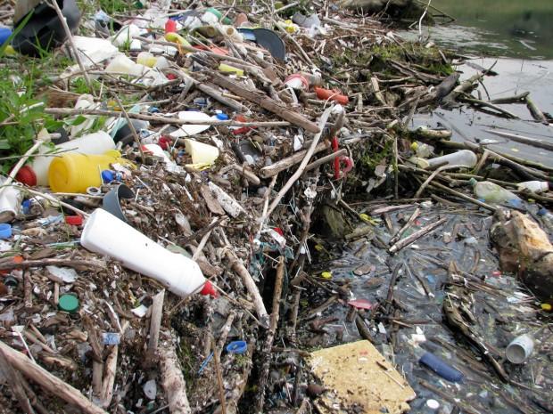 gunoi plastic pet plutitor bucatele