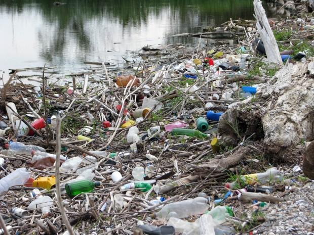 gunoi plastic si pet aduse de dunare